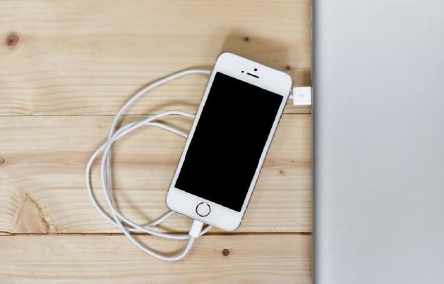 Begini cara mengisi baterai smartphone yang benar